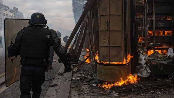 Un CRS lors d'une manifestation des Gilets jaunes - Sputnik France
