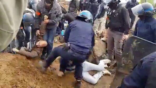 Délogement violent de militants du «Block Friday» par la police lyonnaise – vidéo - Sputnik France