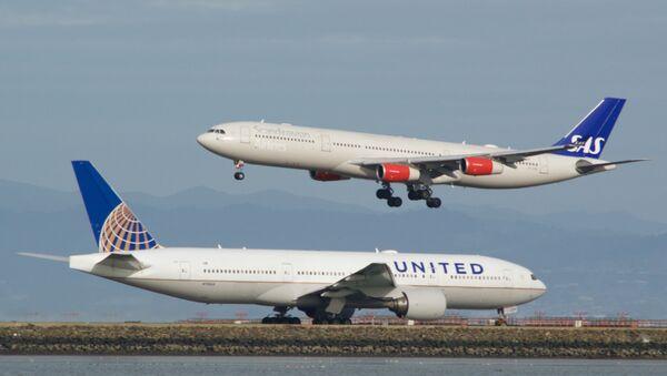 Un Boeing 777 en attente, alors qu'un Airbus A-340 atterrit - Sputnik France