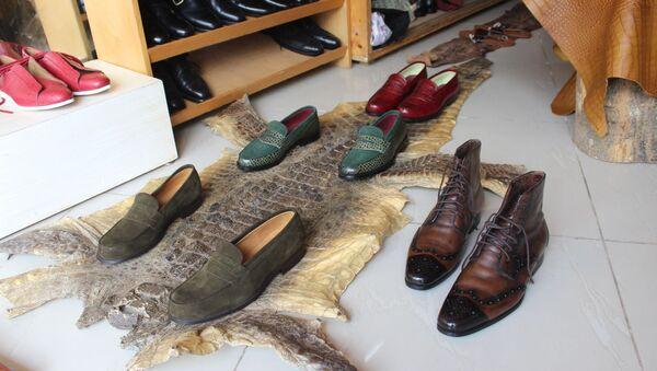 Une peau de crocodile dans l'atelier-boutique d'Engelo Boté. - Sputnik France