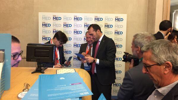Manlio Di Stefano, secrétaire d'État italien aux Affaires étrangères,  lors de la 5e conférence Dialogue méditerranéen  - Sputnik France