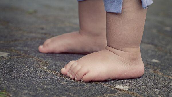 Des pieds nus d'un enfant  - Sputnik France