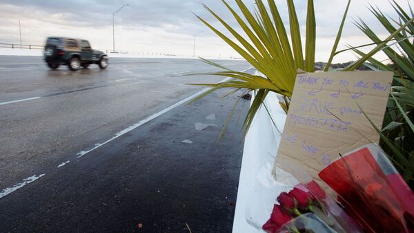 Flowers and a message are left on the entrance bridge after a member of the Saudi Air Force visiting the United States for military training was the suspect in a shooting at Naval Air Station Pensacola, in Pensacola, Florida, U.S. December 6, 2019. - Sputnik France