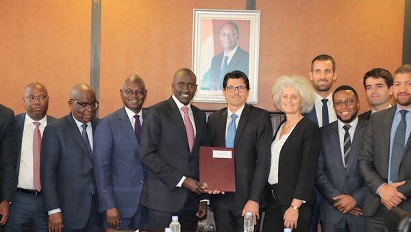 Le ministre de l'Énergie ivoirien Abdourahmane Cissé et ses partenaires pour la construction de la plus grande centrale biomasse d'Afrique de l'Ouest. - Sputnik France