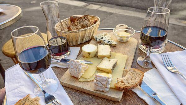 Fromage, vin et pain (image d'illustration) - Sputnik France