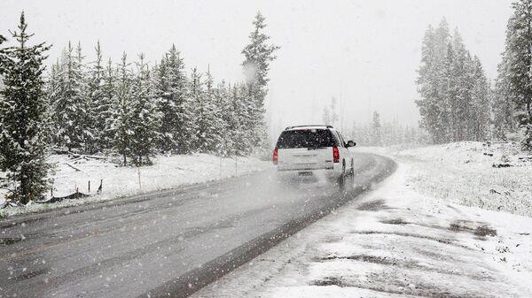 Une voiture dans une tempête de neige - Sputnik France