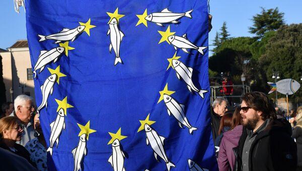 Un manifestant porte un drapeau européen sur lequel il a apposé des sardines. - Sputnik France