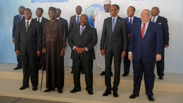 Les chefs d'État de la CEEAC et d'autres officiels posent lors du 8e sommet extraordinaire du 30 novembre 2016 à Libreville. - Sputnik France