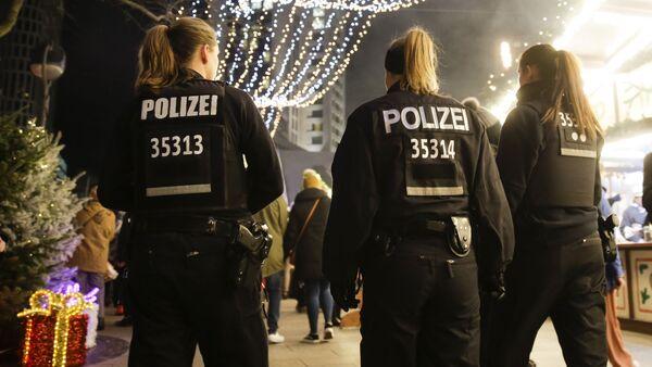 Policiers en train de patrouiller le marché de Noël de Berlin le 18 décembre 2017 (image d'archive) - Sputnik France