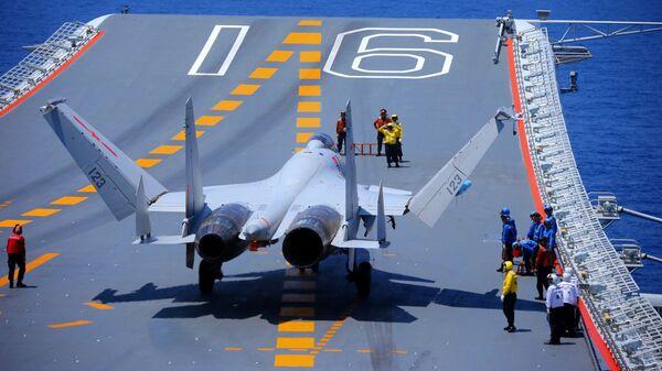 Un chasseur chinois J-15 à bord du porte-avions Liaoning (archive photo) - Sputnik France