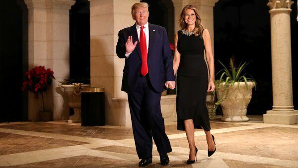 Президент США Дональд Трамп с женой Меланией на рождественской вечеринке во Флориде  - Sputnik France