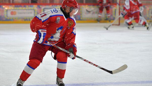 Vladimir Poutine lors du match de la Ligue nocturne de hockey sur la place Rouge  - Sputnik France