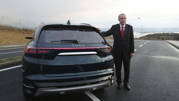 Recep Tayyip Erdogan à côté de la première voiture électrique turque - Sputnik France