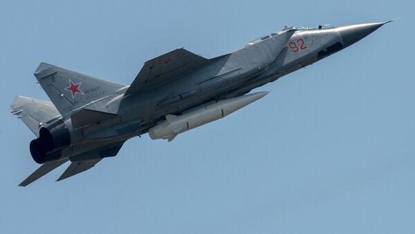 Un MiG-31 portant un missile Kinjal - Sputnik France