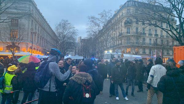 Des opposants à la réforme des retraites, rejoints par les Gilets jaunes, continuent de manifester dans les rues de Paris (image d'illustration) - Sputnik France