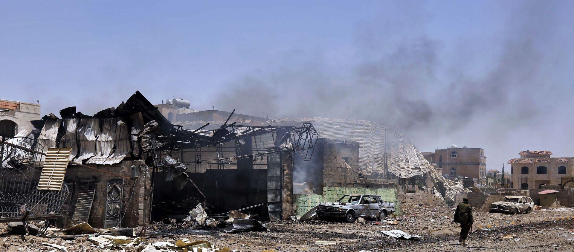 Maisons dans un quartier de la ville de Sana'a détruites lors d'une frappe aérienne menée par une coalition de pays arabes dirigée par l'Arabie saoudite contre une base de missiles dans la capitale yéménite. - Sputnik France, 1920, 23.03.2021