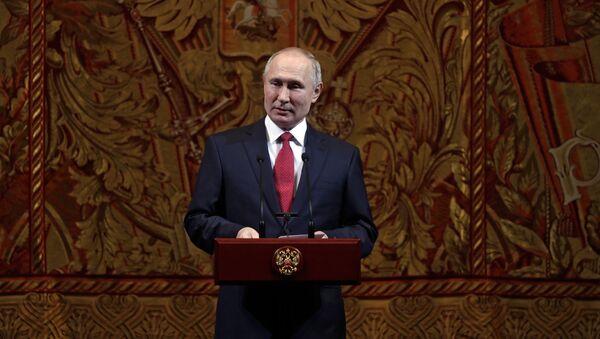 Президент РФ В. Путин и премьер-министр РФ Д. Медведев приняли участие в торжественном вечере по случаю Нового года - Sputnik France