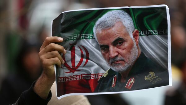 An Iranian holds a picture of late General Qassem Soleimani, head of the elite Quds Force, who was killed in an air strike at Baghdad airport, as people gather to mourn him in Tehran, Iran January 4, 2020.  - Sputnik France
