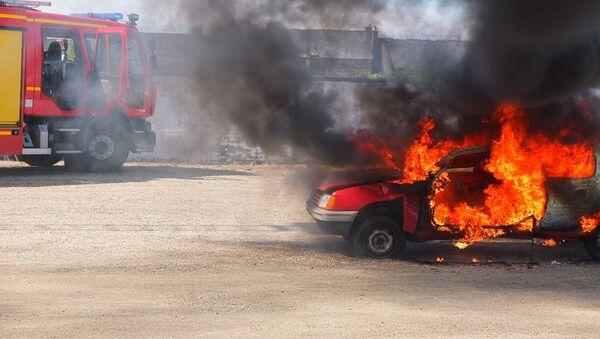 Une voiture brûlée (image d'illustration) - Sputnik France