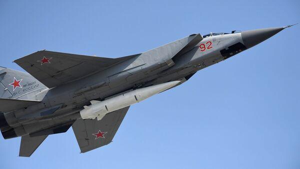 Un chasseur multirôle MiG-31 doté d'un missile hypersonique Kinjal - Sputnik France