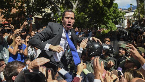 Самопровозглашенный исполняющий обязанности президента Венесуэлы Хуан Гуайдо в окружении журналистов по пути в Национальное собрание, Каракас - Sputnik France