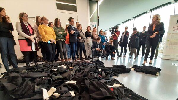 Des avocats français jettent leur robes par terre face à Nicole Belloubet, Garde des sceaux, lors de la visite de la ministre à Caen, le 8 janvier 2020 - Sputnik France