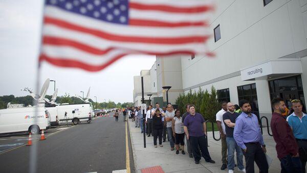 Des personnes en recherche d'emploi font la queue pour la Job Fair d'Amazon. - Sputnik France