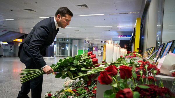Le Président ukrainien Volodymyr Zelensky dépose des fleurs pour commémorer les victimes de l'accident du Boeing 737-800 d'Ukraine International Airlines - Sputnik France