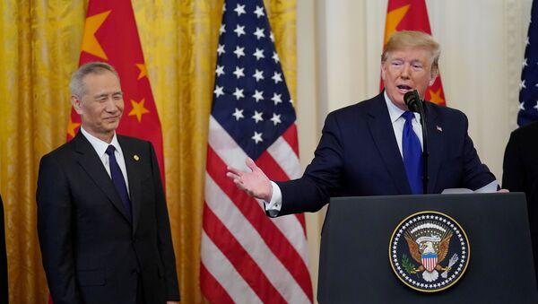 Вице-премьер Госсовета Китая Лю Хэ и президент США Дональд Трамп после подписания торгового соглашения - Sputnik France