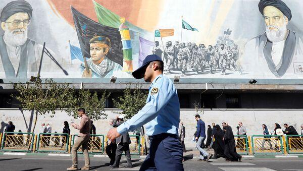 Un militaire iranien passe devant des photos du guide suprême iranien, l'ayatollah Ali Khamenei - Sputnik France