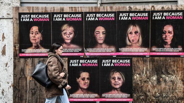 Pour sensibiliser et attirer l'attention sur les violences faites aux femmes, l'artiste italien AleXsandro Palombo a utilisé des images de femmes connues - Sputnik France