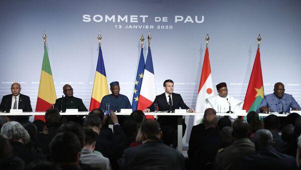 Emmanuel Macron entouré des Présidents africains du G5 Sahel lors du Sommet de Pau du 13 janvier 2020. - Sputnik France
