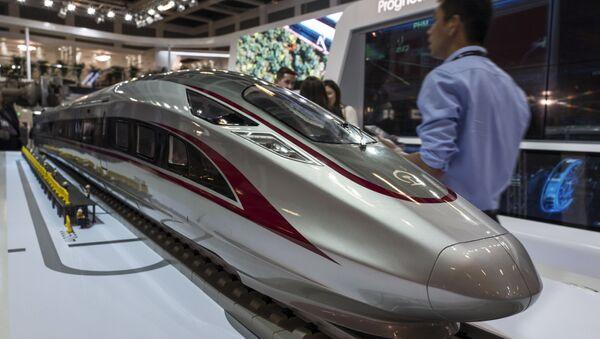Une maquette du « Fuxing », le train à grande vitesse chinois, au salon du transport ferroviaire Innotrans à Berlin, le 19 septembre 2018. - Sputnik France