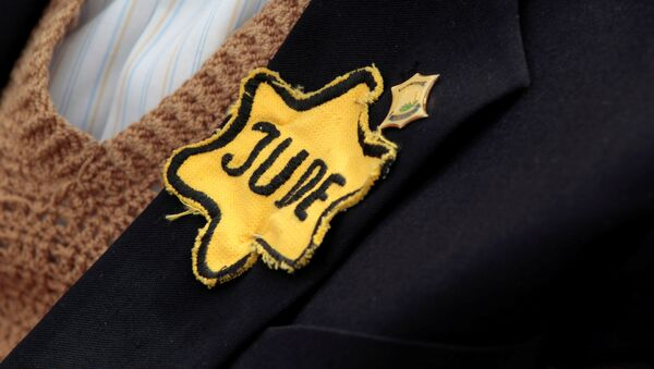 FILE PHOTO: Polish born Mordechai Fox, an 89-year-old Holocaust survivor, wears a yellow Star of David on his jacket during a ceremony marking Holocaust Remembrance Day at Yad Vashem Holocaust Memorial in Jerusalem May 2, 2011 - Sputnik France