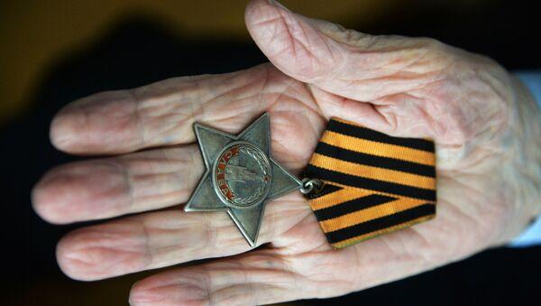 Nikolaï Titov, le  vétéran de la Seconde guerre mondiale, montre son ordre de la Gloire - Sputnik France