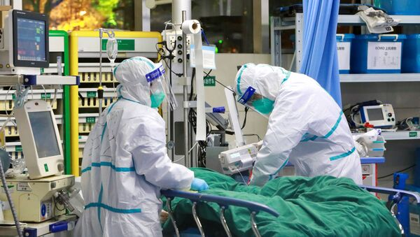 Medical staff in protective suits treat a patient with pneumonia caused by the new coronavirus at the Zhongnan Hospital of Wuhan - Sputnik France