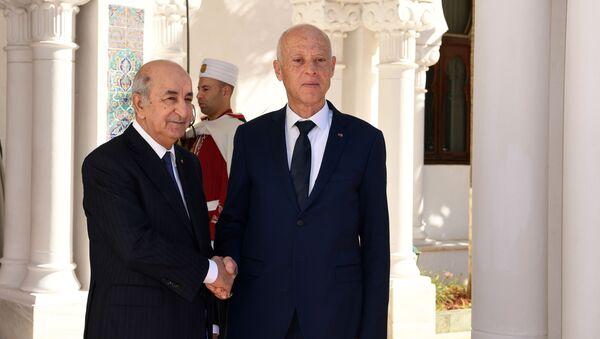 Une photo distribuée par le service de presse de la présidence tunisienne montre le président algérien Abdelmadjid Tebboune (R) recevant son homologue tunisien Kais Saied dans la capitale Alger, le 2 février 2020 - Sputnik France