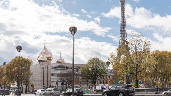 La tour Eiffel et la cathédrale de la Sainte-Trinité de Paris - Sputnik France
