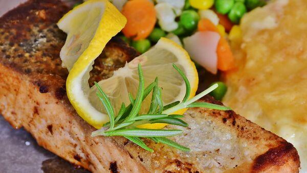 Saumon servi avec du citron - Sputnik France