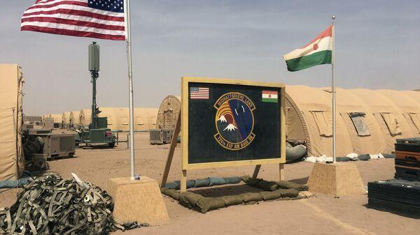 Les drapeaux américain et nigérien hissés côte à côte sur une base pour les forces aériennes soutenant la construction de la base aérienne nigérienne 201 à Agadez, au Niger. - Sputnik France