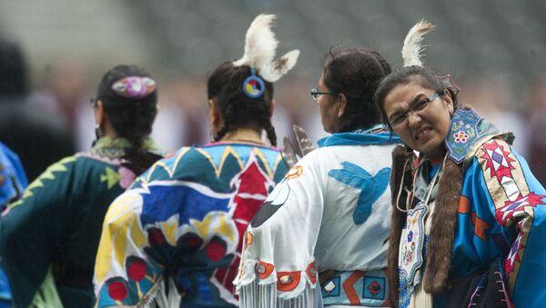 Des autochtones de la nation atikamekw attendent sous la pluie pendant le World Culture Festival de Berlin, le 2 juillet 2011. - Sputnik France