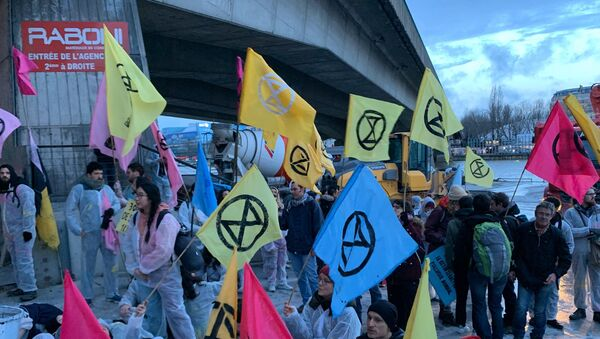 Des militants d'Extinction Rebellion tentent de bloquer le siège de Lafarge à Paris 17 fevrier 2020 - Sputnik France