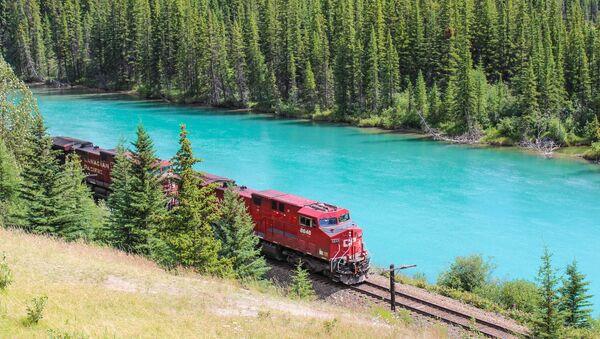 Train de marchandises au bord de la rivière Bow en Alberta (Canada) - Sputnik France
