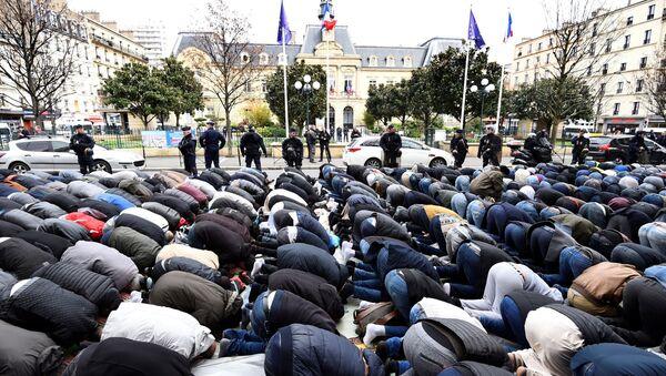 Prière collective à Clichy, près de Paris - Sputnik France
