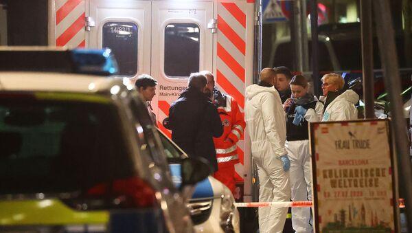Des experts en médecine légale sont vus à l'extérieur d'un bar à chicha après une fusillade à Hanau près de Francfort, en Allemagne, le 20 février 2020.  - Sputnik France