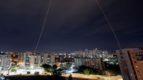 Le système israélien Dôme de fer intercepte des roquettes tirées depuis la bande de Gaza en direction de la ville d'Ashkelon le 23 février 2020 - Sputnik France