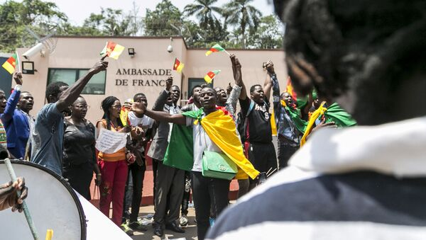 Young Cameroonians show their support to Cameroonian President Paul Biya  - Sputnik France