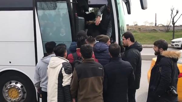 Des réfugiés montent à bord de bus à Istanbul pour se diriger vers la frontière avec l'UE - Sputnik France