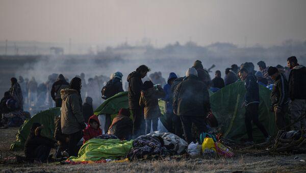 Des migrants près de la frontière entre la Turquie et la Grèce à Edirne - Sputnik France