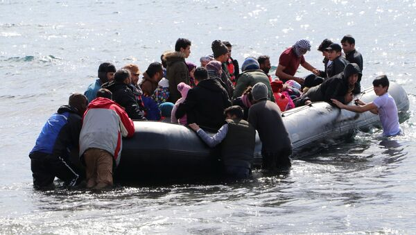 Migrants board a dinghy bound for the Greek island of Lesbos, in the Turkish coastal town of Ayvacik in Canakkale province, Turkey, February 28, 2020. Burak Gezen/Demiroren News Agency (DHA) via REUTERS ATTENTION EDITORS - THIS PICTURE WAS PROVIDED BY A THIRD PARTY. NO RESALES. NO ARCHIVE. TURKEY OUT. NO COMMERCIAL OR EDITORIAL SALES IN TURKEY. - Sputnik France